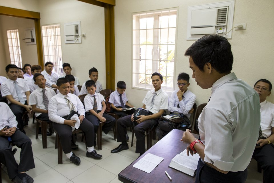 philippines-church-meetings-attendance-classes-prayer-1354964-mobile