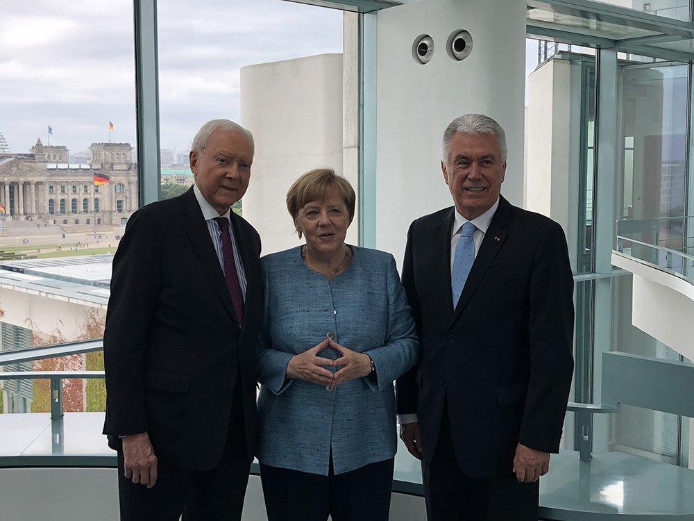 US-Senator-Orrin-Hatch-(links)-mit-Kanzlerin-Angela-Merkel-und-Elder-Dieter-F.-Uchtdorf-im-Bundeskanzleramt-in-Berlin